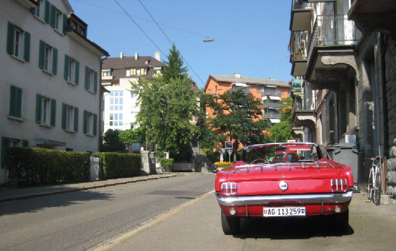 FORD MUSTANG 1965 CABRIOLET ROT ZÜRICH SCHWEIZ. RED FORD MUSTANG 1965  CONVERTIBLE WITH RED INTERIOR IN ZURICH SWITZERLAND. AMERIKANERAUTOS. OLDTIMER 60s muscle cars classics