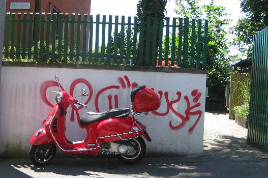 VESPA UND GRAFFITI IN ZÜERICH, ZURIGO, ZURICH SWITZERLAND